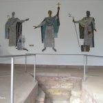 Pirminiusgrab Hornbach. drei sakrale Wandreliefs vor einer abgestuften Vertiefung